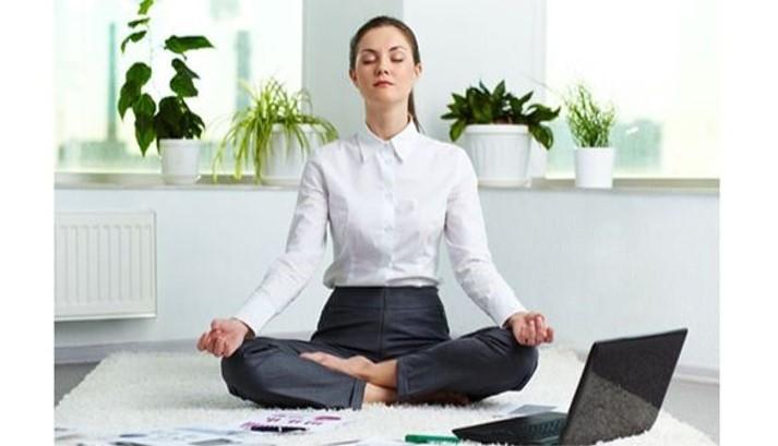 Oficinista haciendo meditación. Gestión del tiempo y el estrés